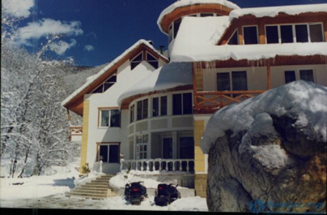 Горный курорт красная поляна, канатной, коттеджей и отелей, высокие горы, снежные вершины и облака